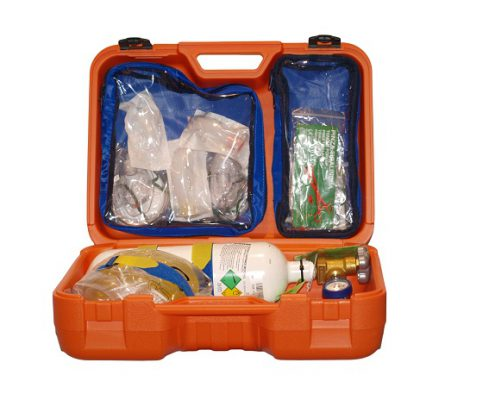 MALETIN OXIGENOMaletin de emergencias y reanimación. Maletín Oxigenoterapia con aspirador de plástico inyectado en color naranja, con acabado mate y antideslizante. Muy rígido y resistente al impacto. Equipo de emergencia con el material necesario para tratar urgencias respiratorias. [divider_fancy] El MALETIN OXIGENOTERAPIA CON ASPIRADOR incluye dentro de una maleta rígida. El Maletin de oxigenoterapia incluye: Resucitador manual y mascarilla de adulto. Botella de oxigen de 2l (preguntar por otros volúmenes) con regulador y caudalímetro digital de 0 a 15 l/min. con aspiración. Vaso de vacío de 200ml. Manta isotérmica. Mascarilla oxígeno 7 concentraciones. Juego de cánulas de Guedell de 1/3 y 5mm. Pinza tiralenguas. Tijeras cortavendajes. 2 bolsas extraíbles.